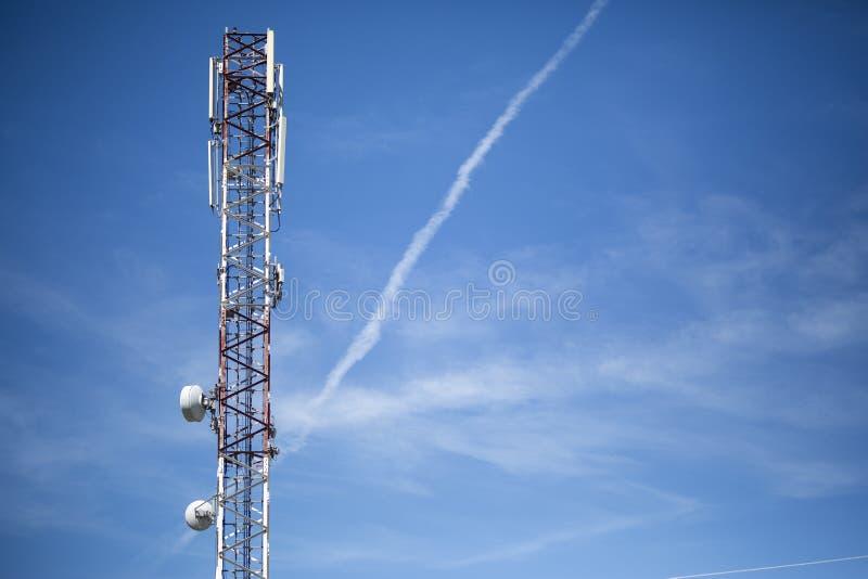 Torre di antenna con il cielo nei precedenti fotografia stock