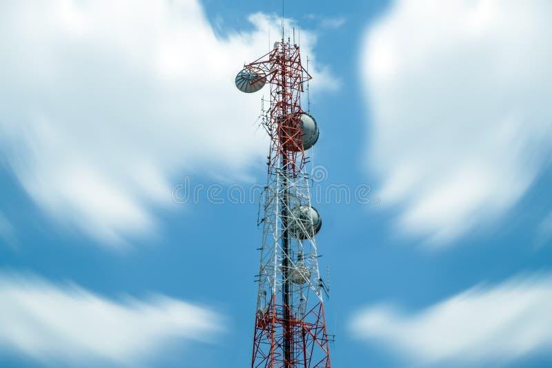 Torre di antenna della sfuocatura con il cielo della nuvola fotografie stock