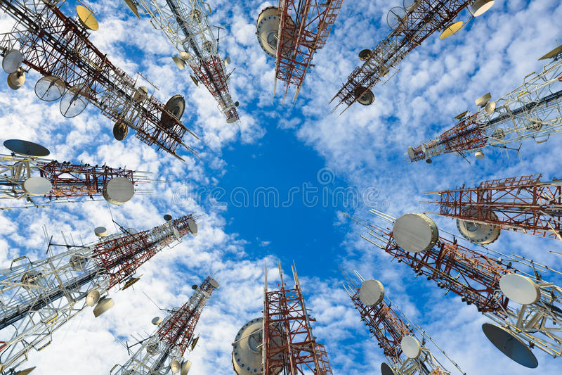 Torre di antenna di comunicazione del telefono cellulare con la nuvola ed il cielo blu immagine stock libera da diritti