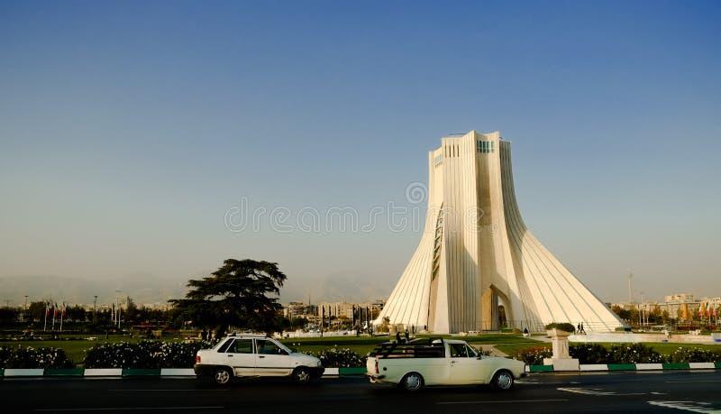Torre di Azadi con visibile di inquinamento atmosferico e della polvere nella città Teheran, Iran fotografia stock
