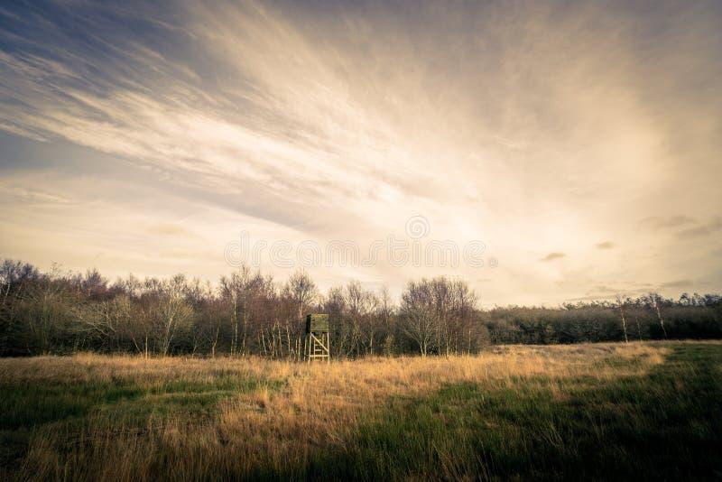Torre di caccia nel paesaggio di autunno fotografie stock