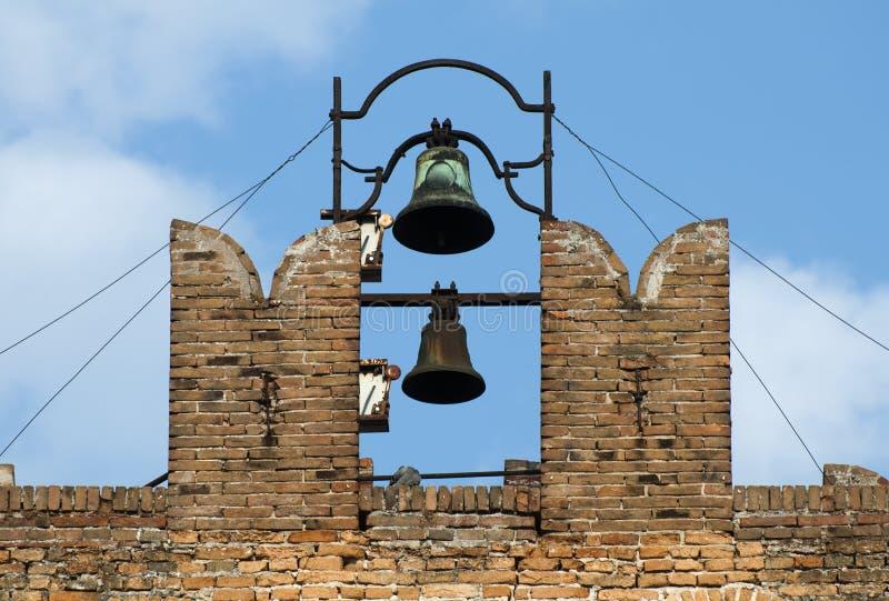 Torre di chiesa e carillon antichi fotografie stock libere da diritti