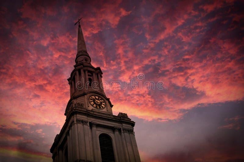 Torre di chiesa e cielo rosa immagini stock
