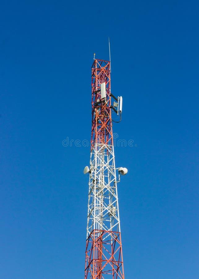 Torre di comunicazione rossa e bianca del segnale immagine stock libera da diritti