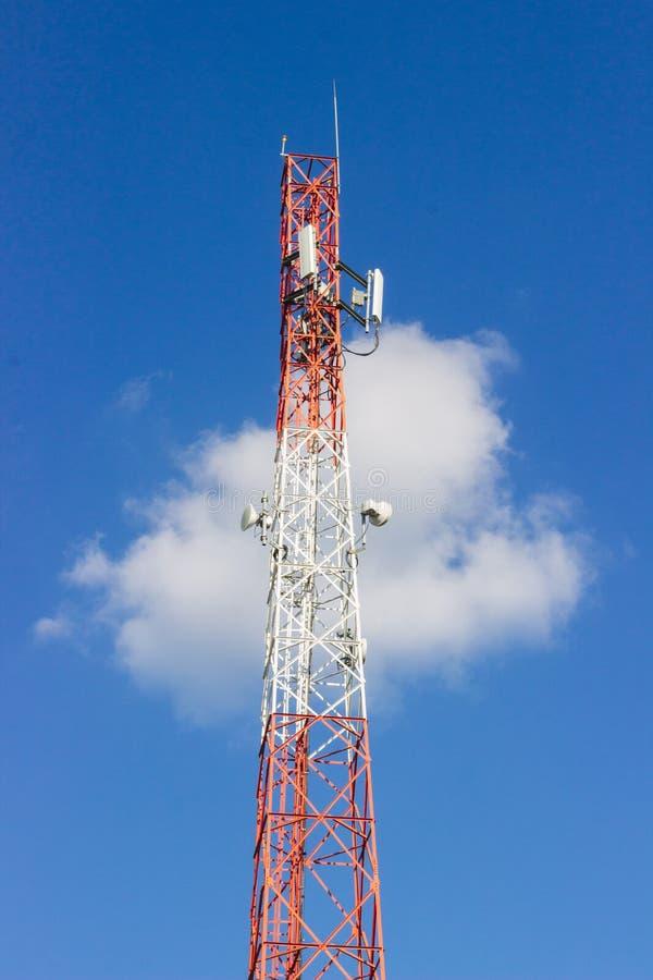 Torre di comunicazione rossa e bianca del segnale fotografie stock