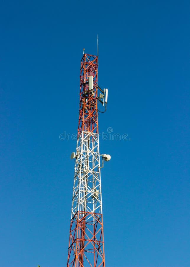 Torre di comunicazione rossa e bianca del segnale immagine stock