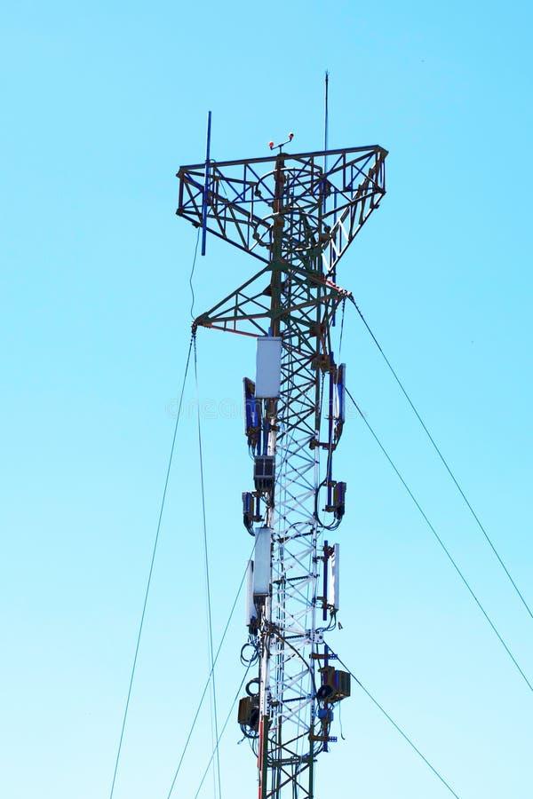 Torre di comunicazioni per i segnali del telefono cellulare e della TV fotografia stock libera da diritti