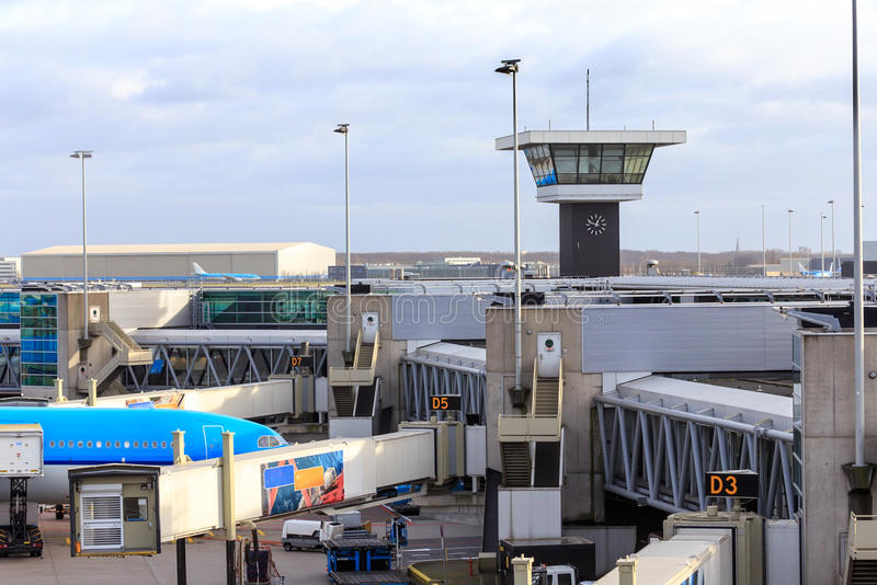 Torre di controllo e portoni dell'aeroporto immagine stock