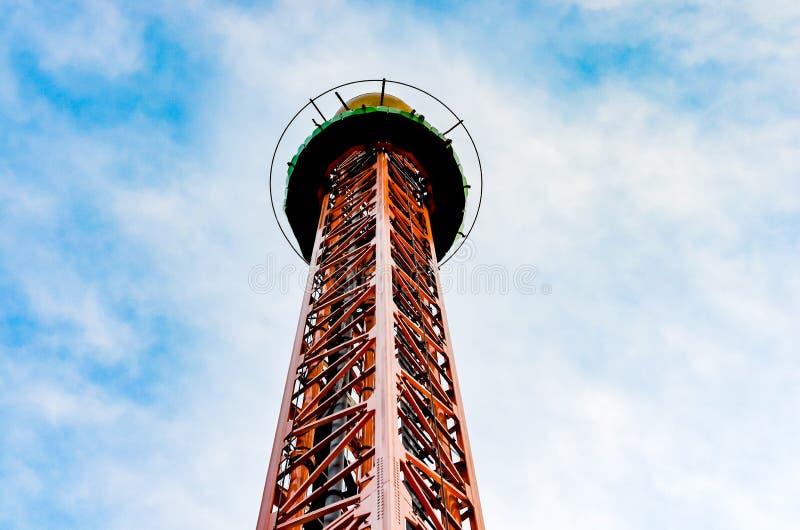 Torre di goccia del ferro o grande calo in un parco di divertimenti contro cielo blu immagine stock