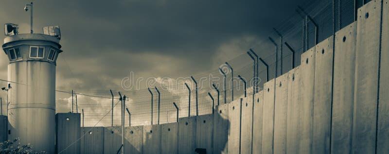 Torre di guardia sulla parete israeliana del confine immagine stock