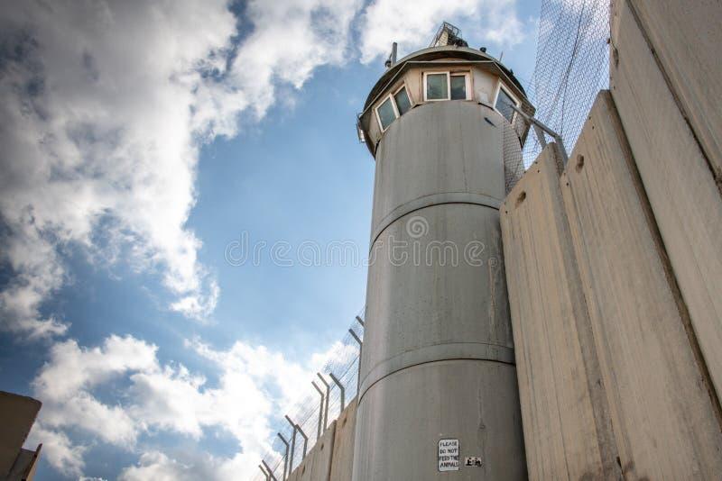 Torre di guardia sulla parete israeliana del confine fotografia stock