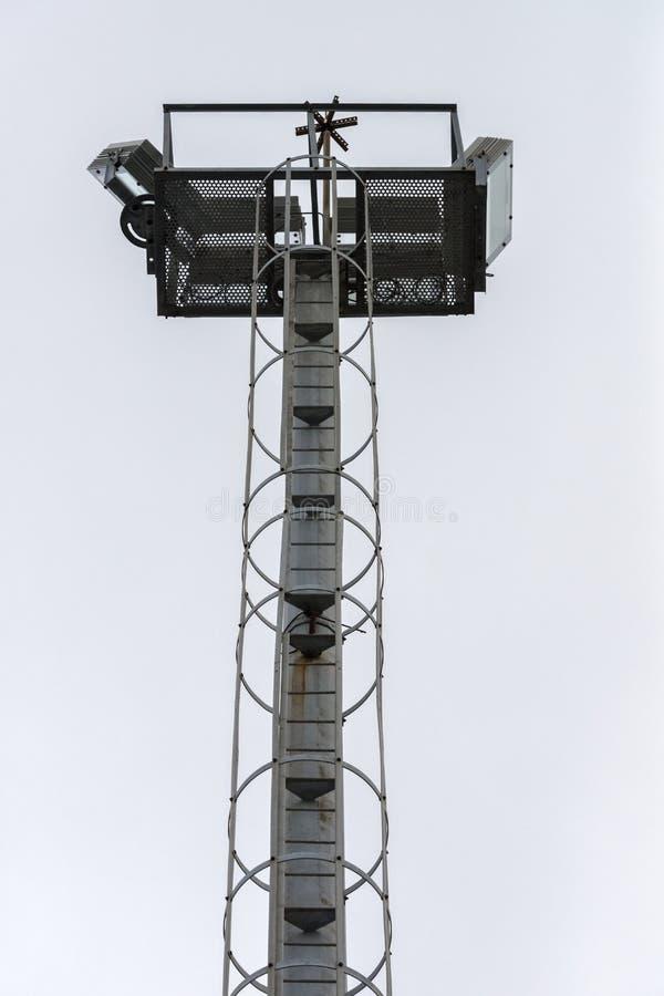 Torre di illuminazione contro il cielo immagine stock libera da diritti