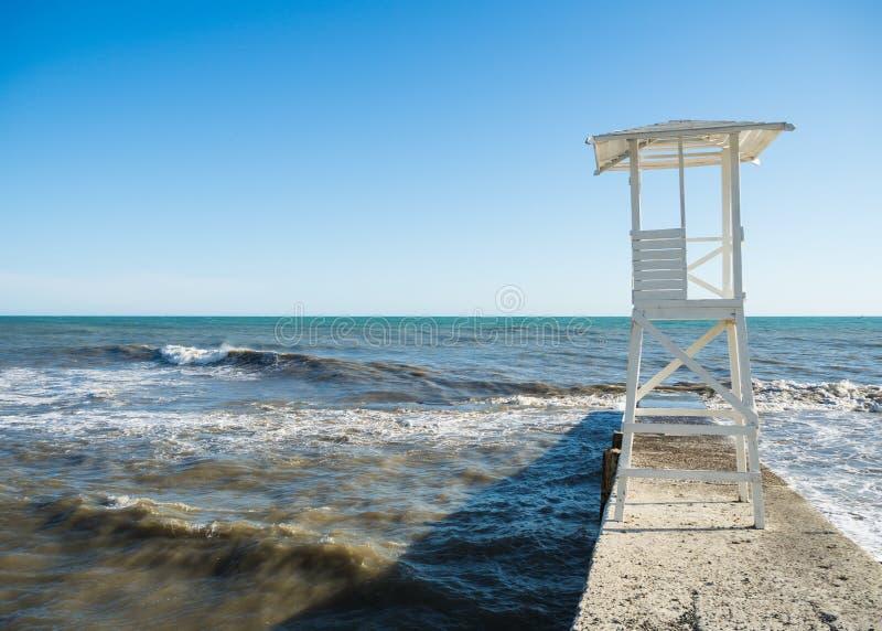 Torre di legno bianca di salvataggio sulla spiaggia fotografia stock