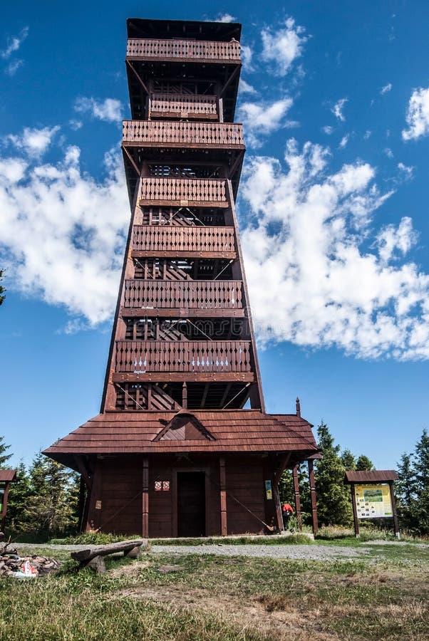 Torre di legno di vista sulla collina di Velky Javornik in montagne di Moravskoslezske Beskydy in repubblica Ceca immagini stock libere da diritti