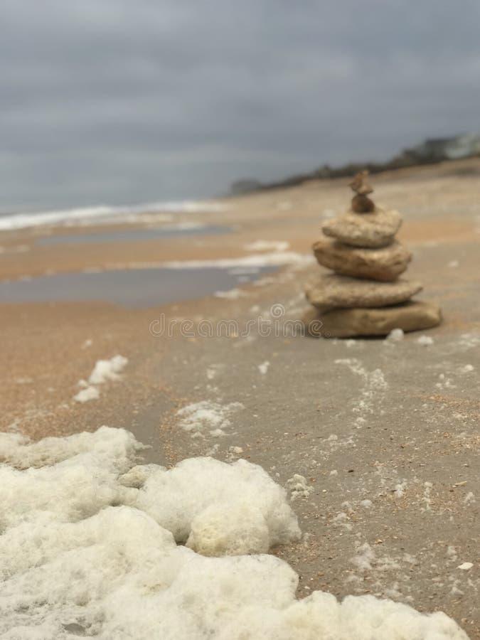 Torre di meditazione sulla spiaggia immagini stock libere da diritti