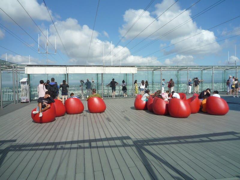 Torre di Montparnasse, Parigi, Francia, il 17 agosto 2018: ospiti sul terrazzo della cima del tetto fotografie stock