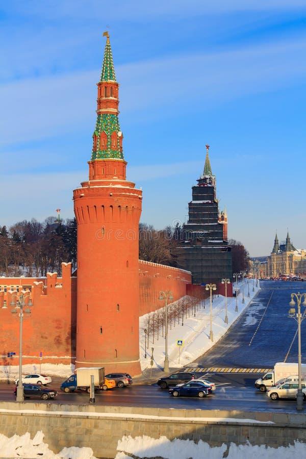 Torre di Moskvoretskaya del Cremlino e del quadrato rosso di Mosca nel giorno soleggiato del winer immagine stock