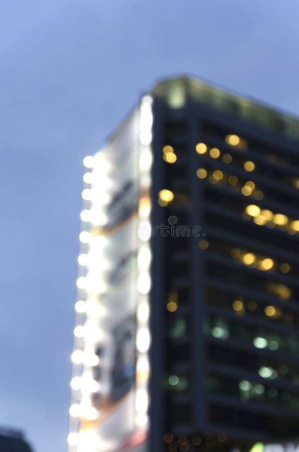 Torre di notte di Bokeh moderna in grande città fotografie stock