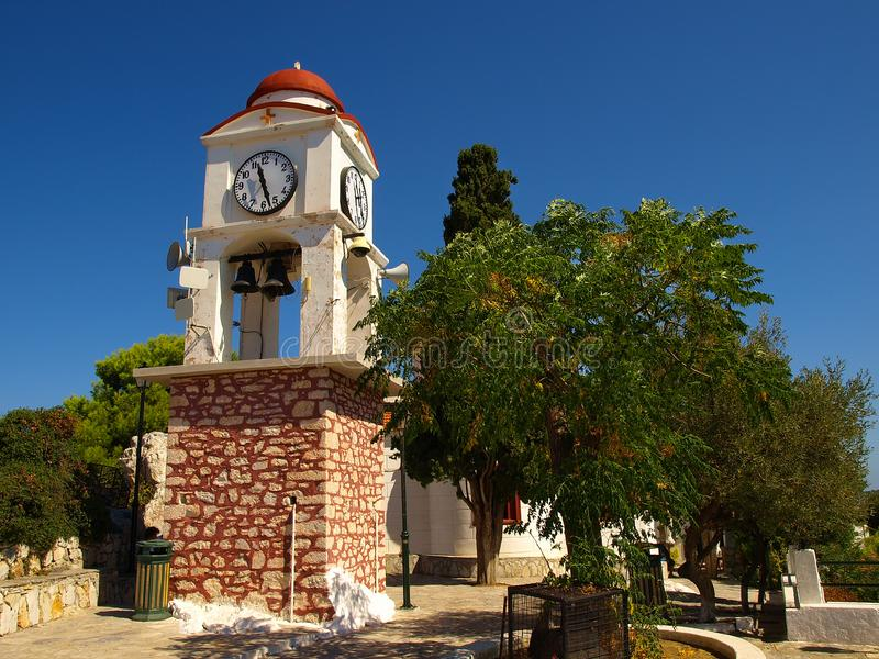 Torre di orologio di Bell con il fondo del cielo blu nell'isola di Skiathos, Grecia fotografie stock