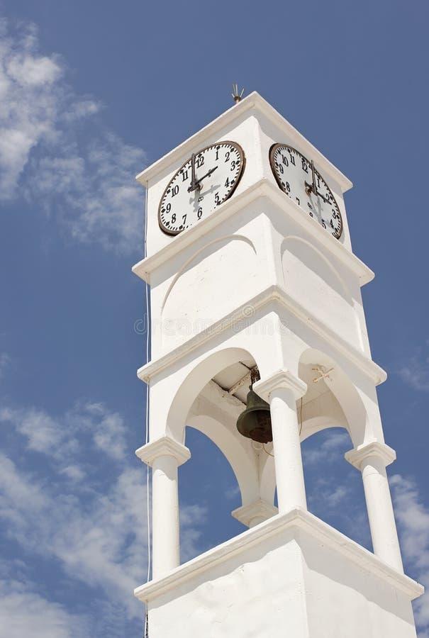 Torre di orologio bianca su cielo blu immagini stock