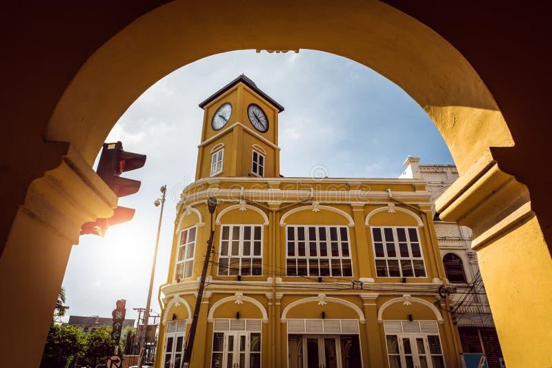 Torre di orologio Chino-portoghese nella vecchia città di phuket, Tailandia fotografie stock