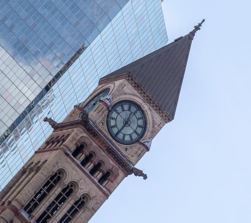 Torre di orologio con la vecchia casa di corte di progettazione decorata Toronto Ontario Canada immagini stock libere da diritti