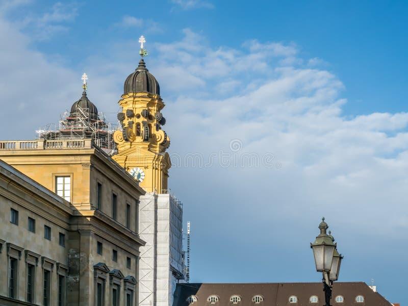 Torre di orologio della chiesa di StKajetan a Monaco di Baviera fotografie stock libere da diritti