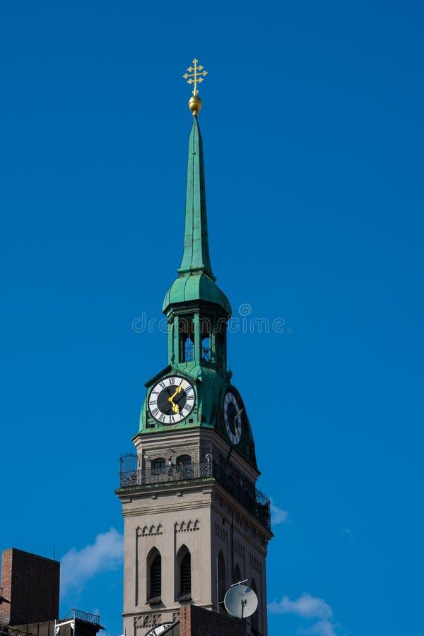 Torre di orologio della chiesa di St Peter Peterskirche fotografie stock libere da diritti