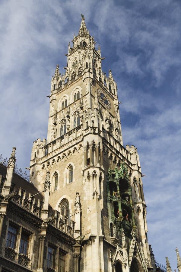 Torre di orologio di nuovo municipio, Marienplatz, Monaco di Baviera immagine stock