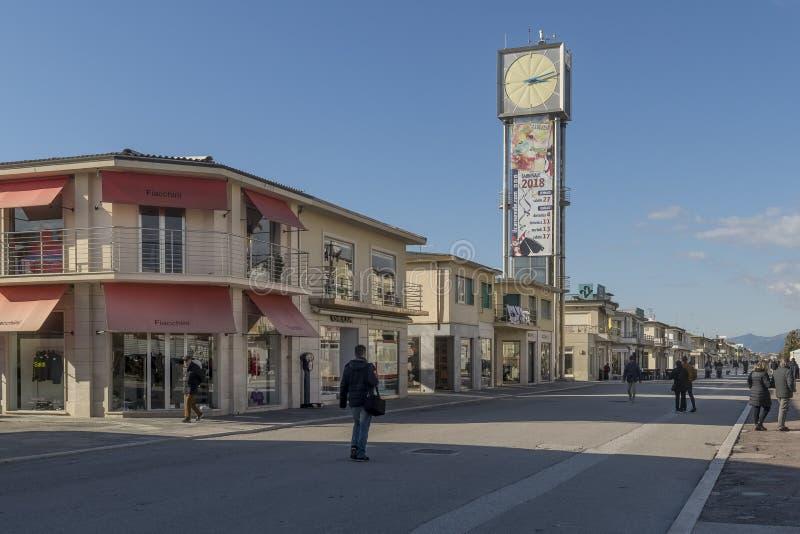 Torre di orologio e del lungonmare in Viareggio, Lucca, Toscana, Italia immagini stock