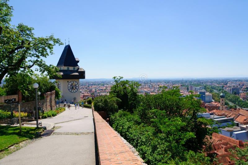Torre di orologio ed il distretto storico di Graz in Austria fotografia stock libera da diritti