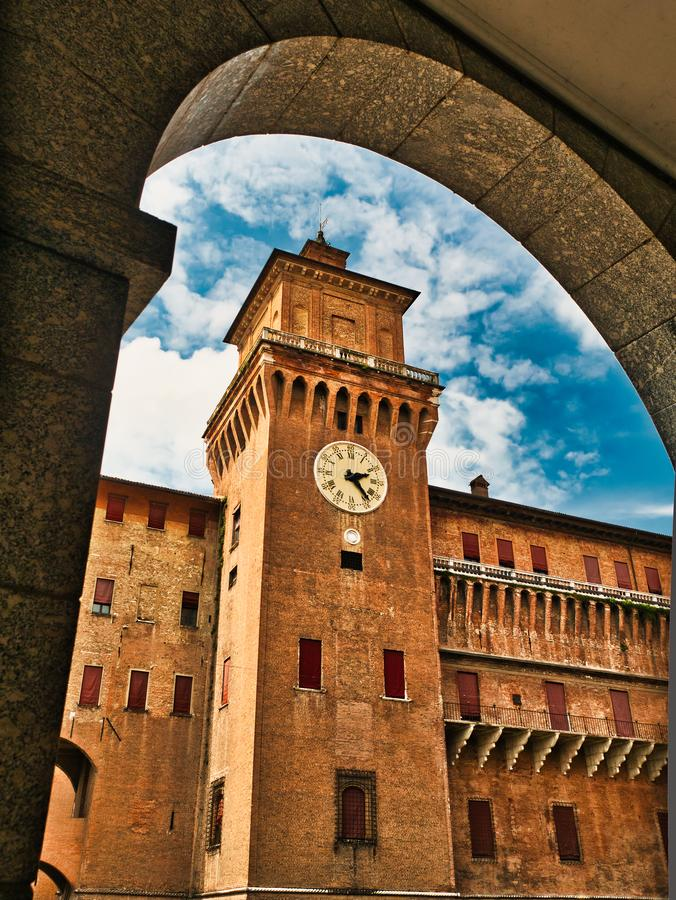 Torre di orologio medievale di Ferrara Italia del castello di Estense fotografia stock libera da diritti