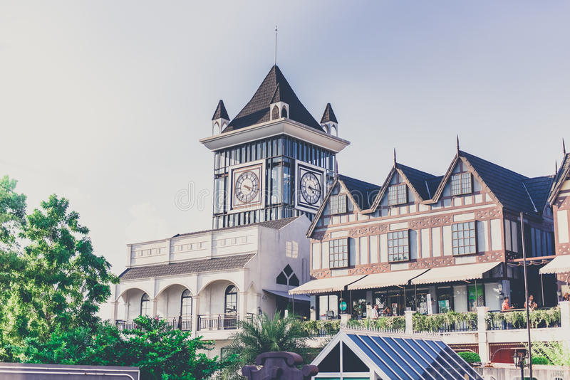 Torre di orologio nel centro commerciale della comunità di Pickadaily, Bangkok, Tailandia fotografie stock