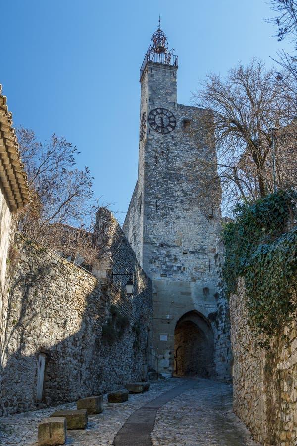 Torre di orologio nella Vaison-La-lattuga romana medievale del villaggio, Provenza immagini stock