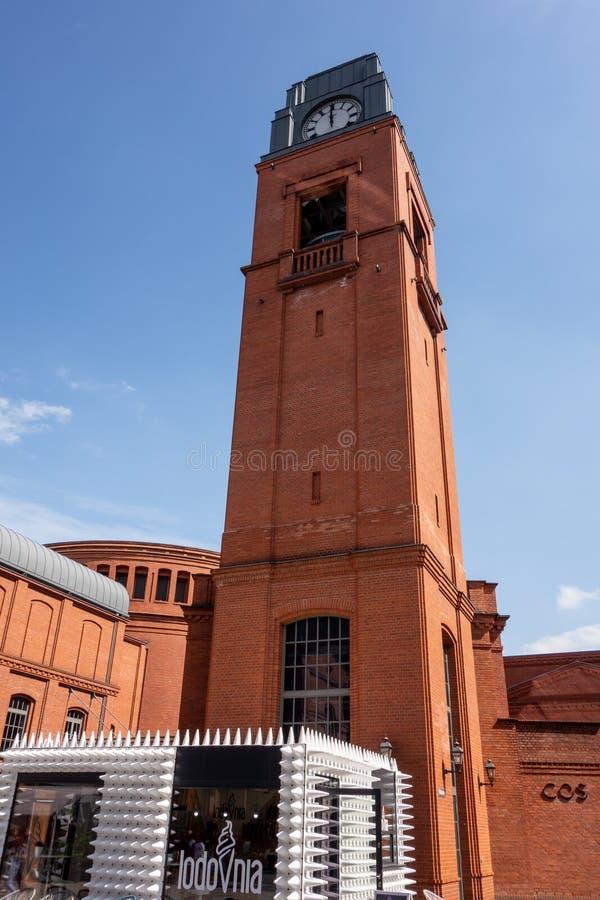 Torre di orologio nella vecchia fabbrica di birra di Stary Browar a Poznan, Polonia fotografia stock libera da diritti