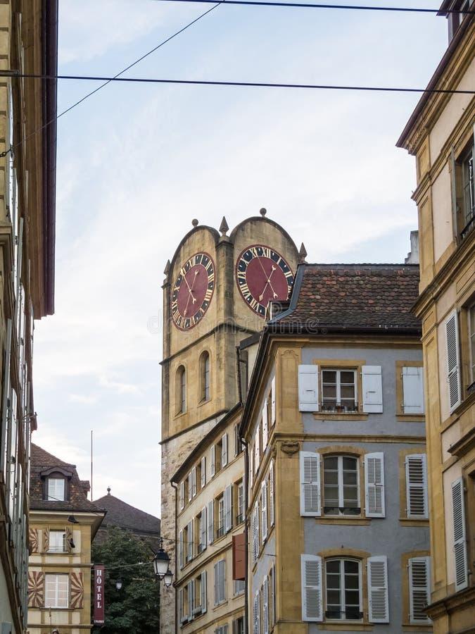 Torre di orologio storica su costruzione nella città immagini stock
