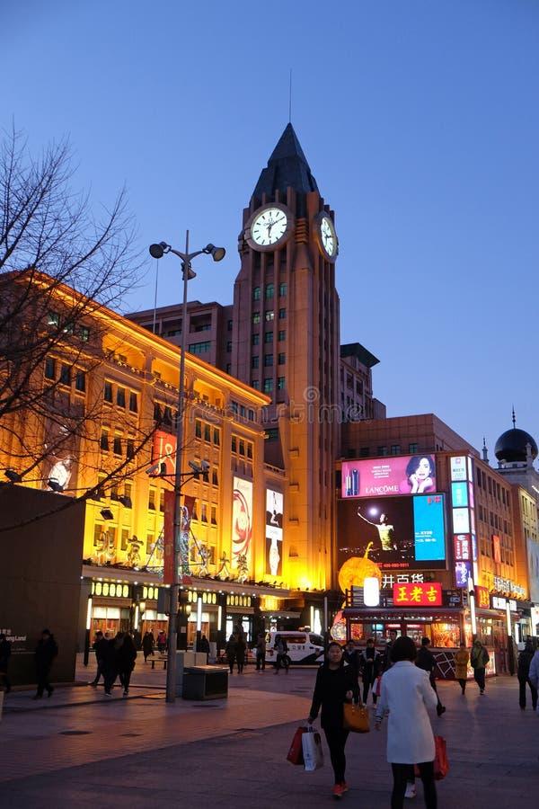 Torre di orologio sulla via di compera di Wangfujing nel centro di Pechino fotografie stock