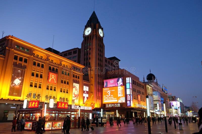 Torre di orologio sulla via di compera di Wangfujing nel centro di Pechino fotografia stock