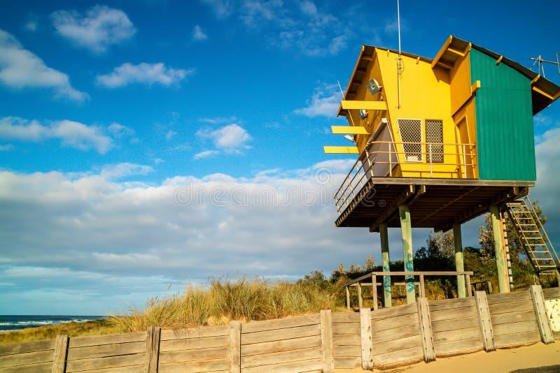 Torre di osservazione di legno del bagnino sulla spiaggia sabbiosa in entrata dei laghi immagini stock