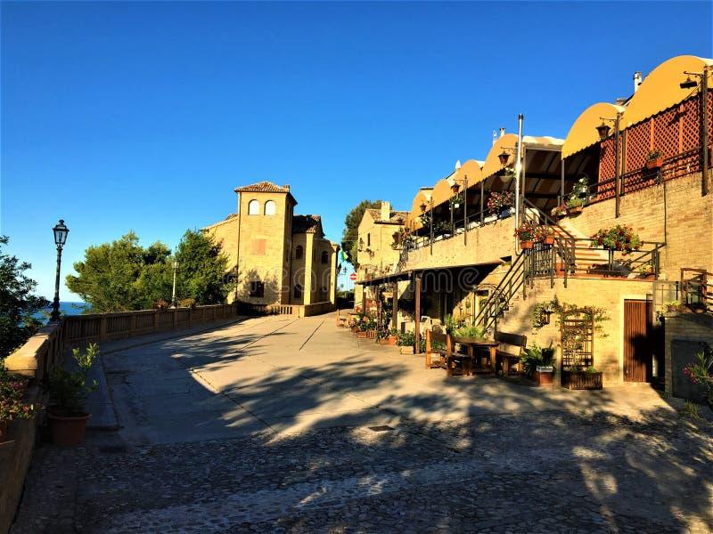 Torre di Palme stad i regionen Marche, Italien Historiskt torn, restauranger, ljus och skuggor royaltyfria foton