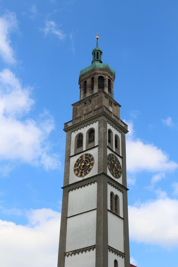 Torre di Perlach a Augusta contro cielo blu con le nuvole bianche, Germania fotografia stock
