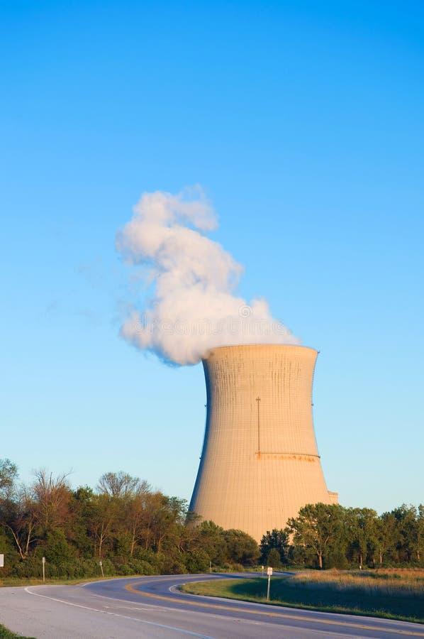 Torre di raffreddamento del reattore nucleare fotografia stock libera da diritti