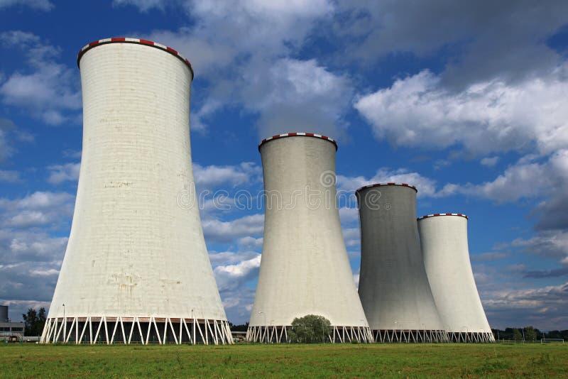 Torre di raffreddamento della centrale elettrica del carbone quattro immagine stock libera da diritti