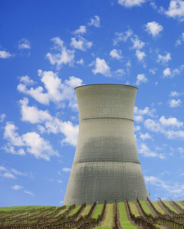 Torre di raffreddamento della centrale nucleare fotografia stock