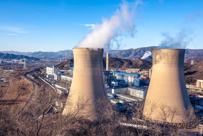 Torre di raffreddamento della fabbrica dell'industria pesante a Pechino immagine stock libera da diritti