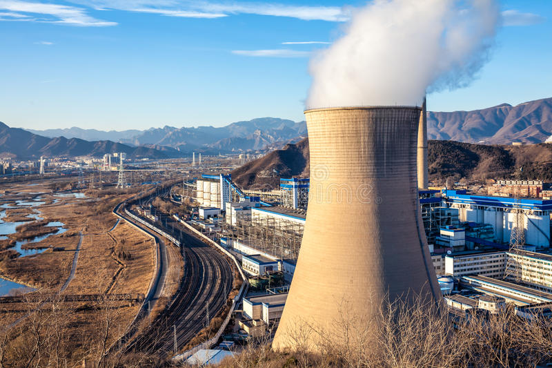 Torre di raffreddamento della fabbrica dell'industria pesante a Pechino fotografia stock libera da diritti