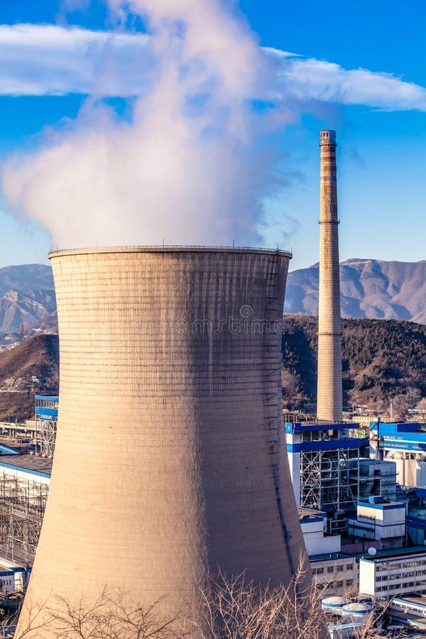 Torre di raffreddamento della fabbrica dell'industria pesante a Pechino fotografie stock libere da diritti