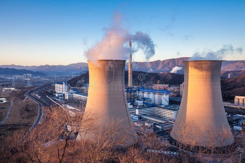 Torre di raffreddamento della fabbrica dell'industria pesante a Pechino immagini stock libere da diritti