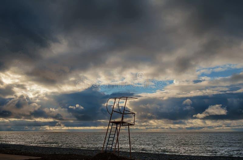 Torre di salvataggio davanti al cielo nuvoloso blu immagine stock libera da diritti