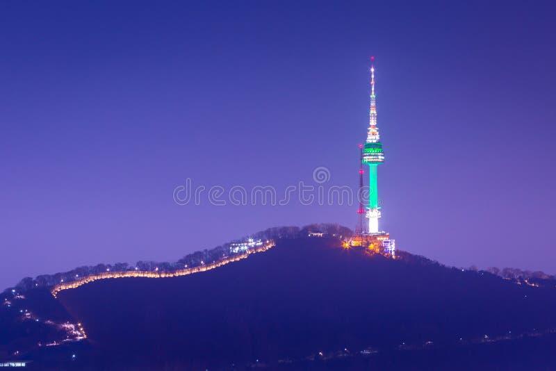 Torre di Seoul o torre namsan alla vista di notte, punto di riferimento della Corea immagini stock libere da diritti